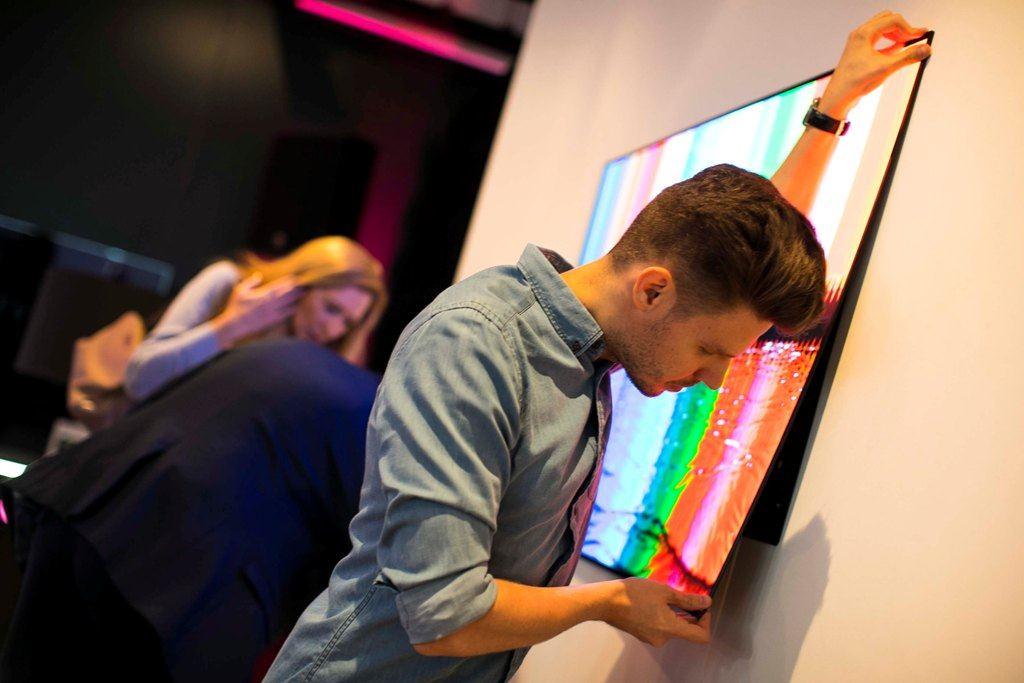 Jak mogą wyglądać telewizory OLED? Telewizorowa tapeta na ścianie to już standard. Co nas czeka w przyszłości?