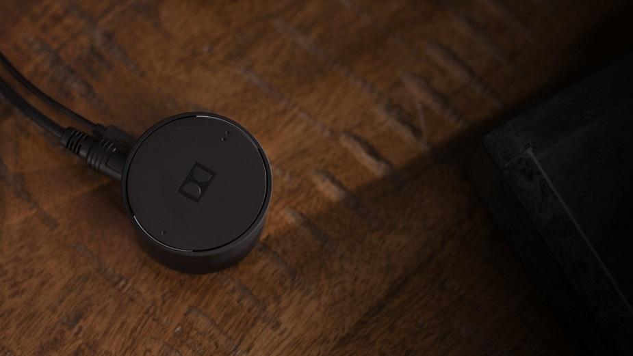 Ten adapter Dolby przesyła dźwięk z TV do 2 par słuchawek jednocześnie