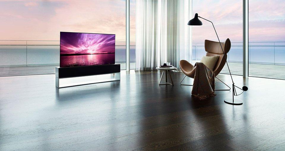 """LG SIGNATURE OLED R ze zwijanym ekranem wreszcie w sklepach! """"Epokowy debiut"""" pierwszego takiego telewizora"""