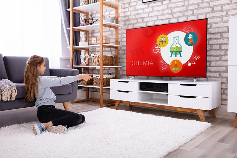 Szukasz telewizora dla dziecka czy do kuchni? Kompaktowe, niedrogie telewizory JVC i Hitachi z Android TV teraz w dużej promocji!
